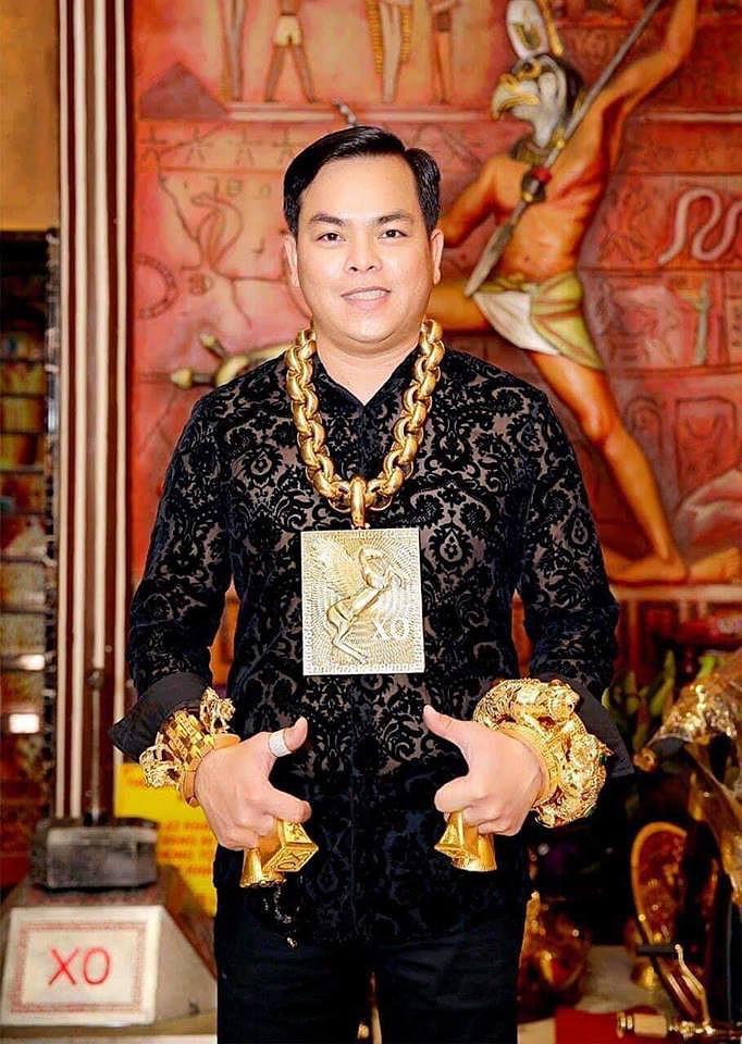 Chân dung Phúc XO: Từ đại gia thuê vệ sĩ cầm vàng đến chủ quán karaoke 60 tỷ bị tạm giữ vì dính líu ma túy - Ảnh 1.