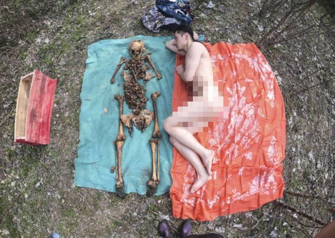 Nghệ sĩ Trung Quốc gây tranh cãi khi khoả thân chụp ảnh với hài cốt của cha vào Tết Thanh Minh - Ảnh 4.