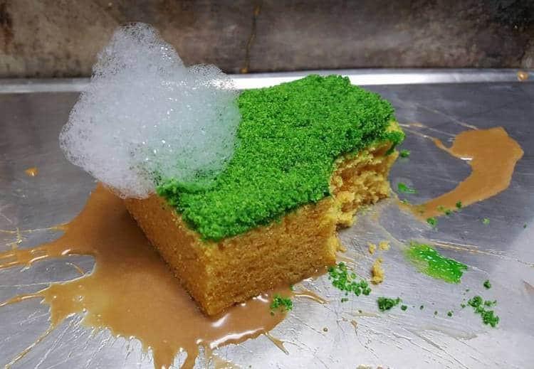 Tưởng bếp trưởng phục vụ... miếng rửa bát dính bọt xà phòng, đến lúc cắn vào mới vỡ lẽ - Ảnh 1.