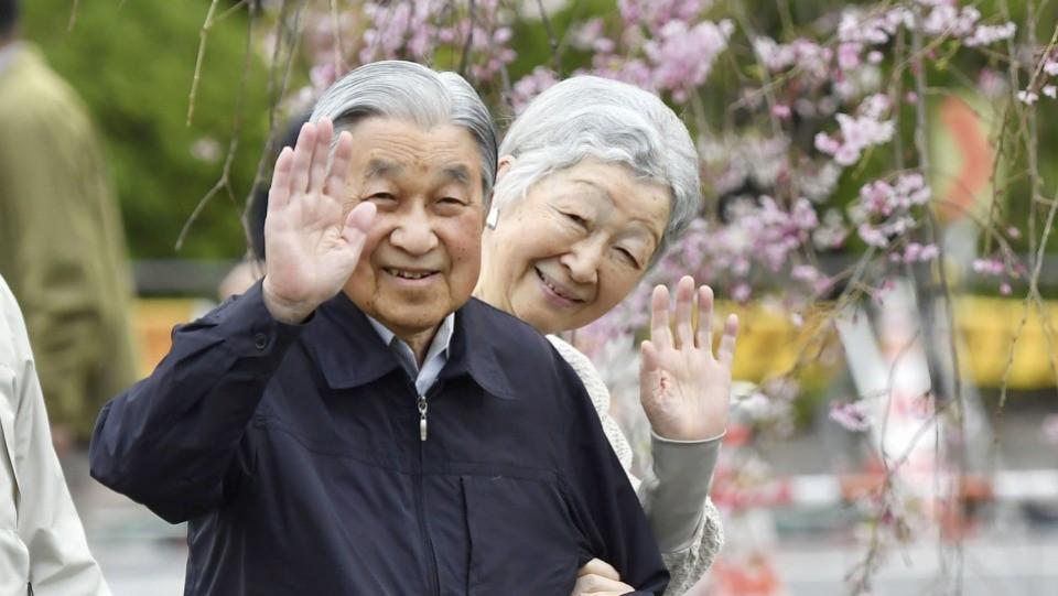 Chuyện tình lãng mạn 60 năm của Vua và Hoàng hậu Nhật Bản: Dù bao năm đi nữa vẫn vui vẻ chơi tennis cùng nhau - Ảnh 16.