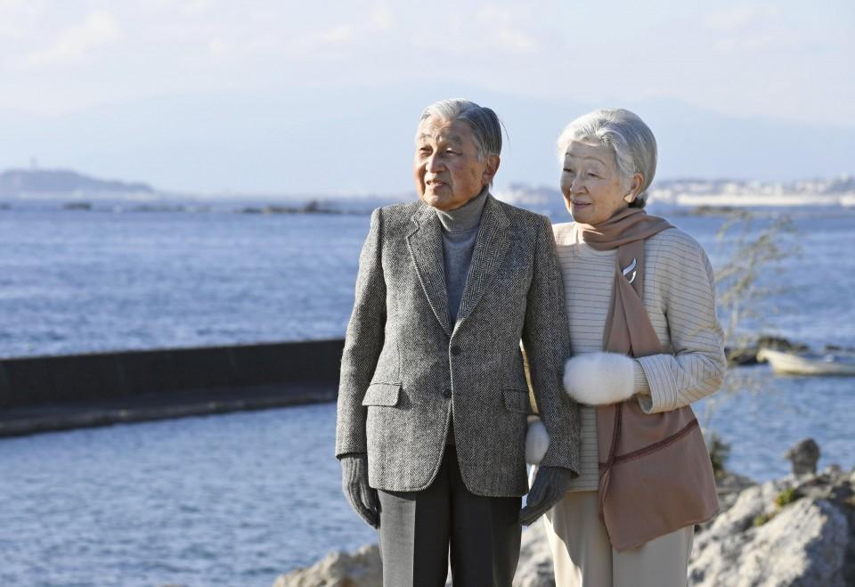 Chuyện tình lãng mạn 60 năm của Vua và Hoàng hậu Nhật Bản: Dù bao năm đi nữa vẫn vui vẻ chơi tennis cùng nhau - Ảnh 15.