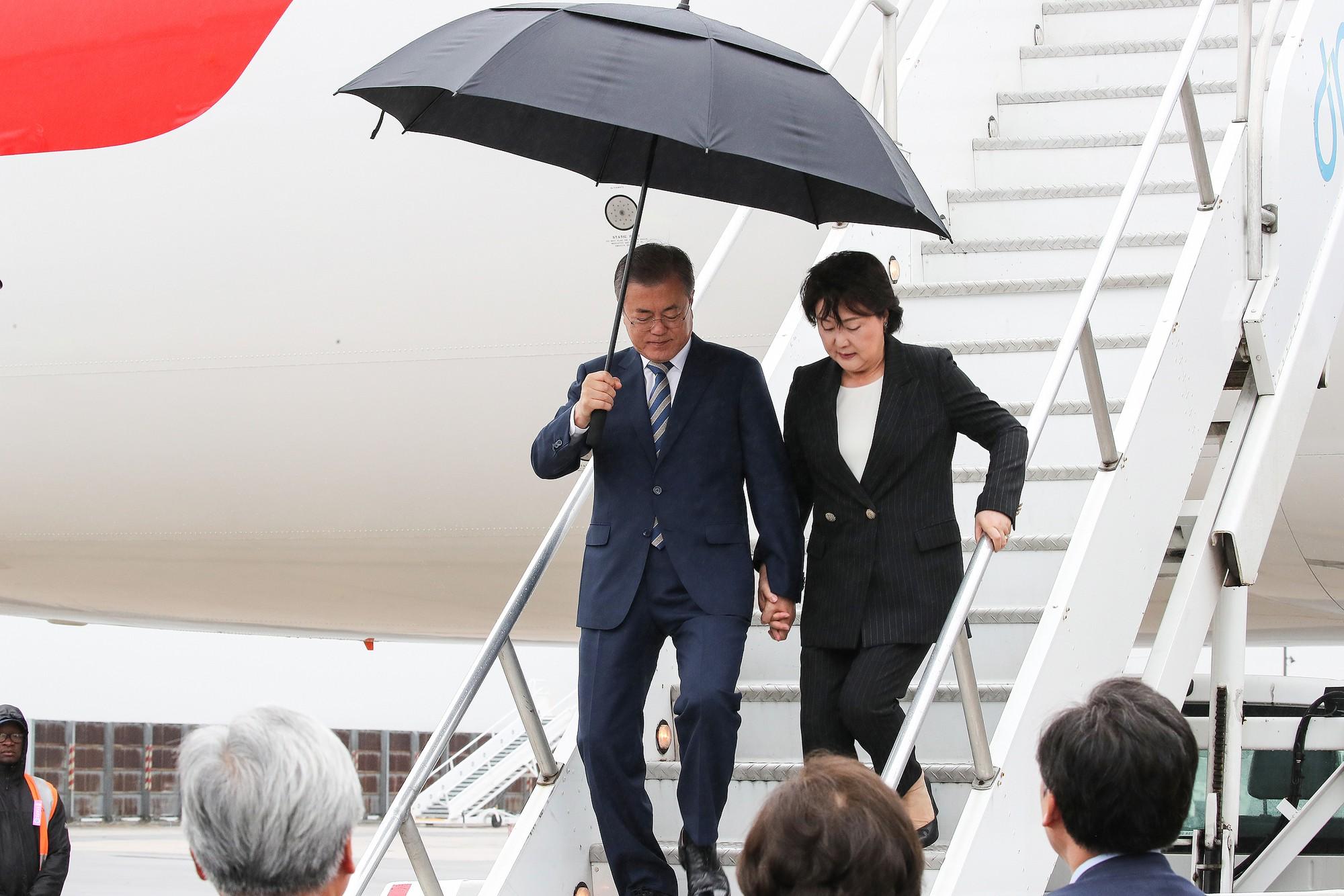 Mối tình lãng mạn của Tổng thống Hàn Quốc và vợ: Từ giảng đường đến chính trường, hơn 40 năm dài vẫn nắm chặt tay nhau - Ảnh 10.