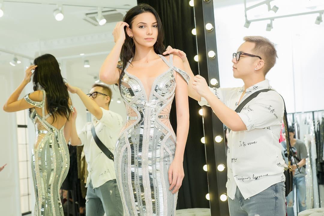Đều mặt xinh dáng chuẩn nhưng Tiểu Vy tại Tuần lễ thời trang vẫn cá tính hơn HH Siêu Quốc Gia nhờ một chi tiết khi đụng váy - Ảnh 7.