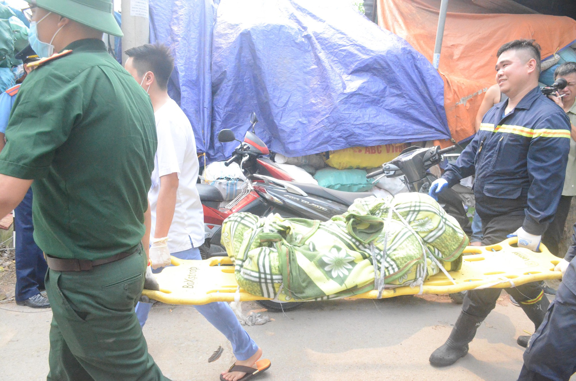 Nhói lòng cảnh tượng mẹ và 2 con nhỏ chết cháy trong tư thế ôm nhau sau vụ hỏa hoạn kinh hoàng ở Hà Nội - Ảnh 1.
