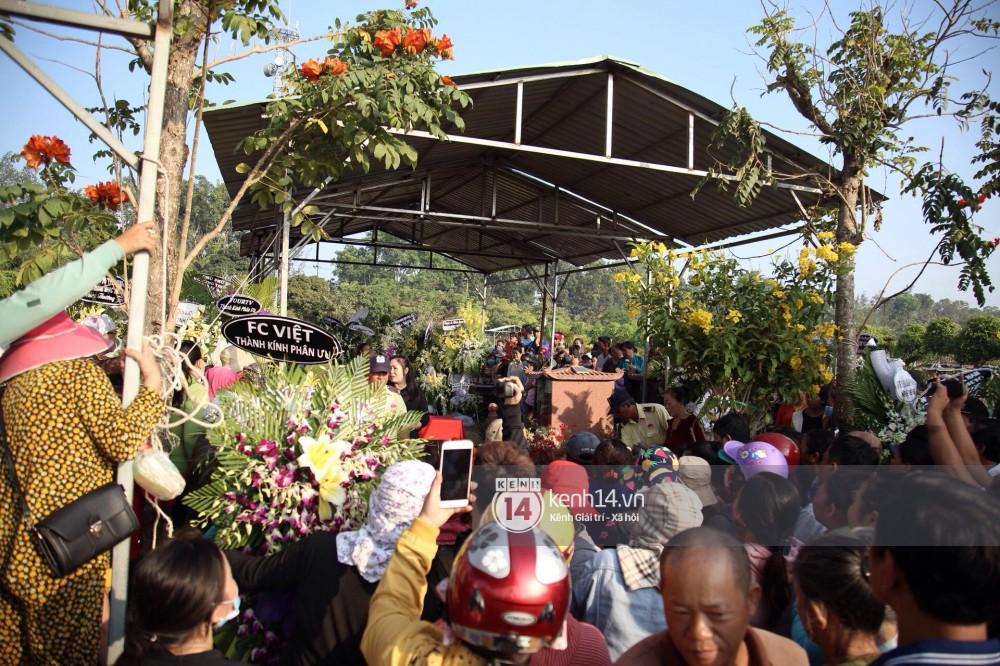 Đám đông chen lấn, giẫm đạp lên các mộ phần để tìm vị trí đẹp theo dõi tang lễ Anh Vũ - Ảnh 2.