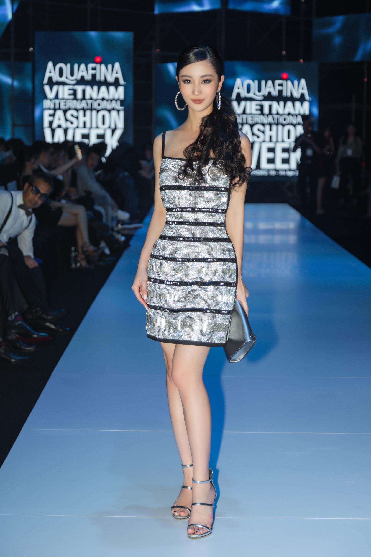 Lại một cái duyên kỳ ngộ của Jun Vũ: Chẳng hẹn mà chọn cùng một kiểu váy, đi cùng một show với bạn diễn - Ảnh 1.