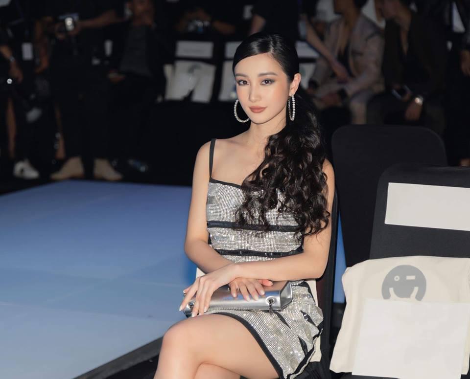 Lại một cái duyên kỳ ngộ của Jun Vũ: Chẳng hẹn mà chọn cùng một kiểu váy, đi cùng một show với bạn diễn - Ảnh 2.