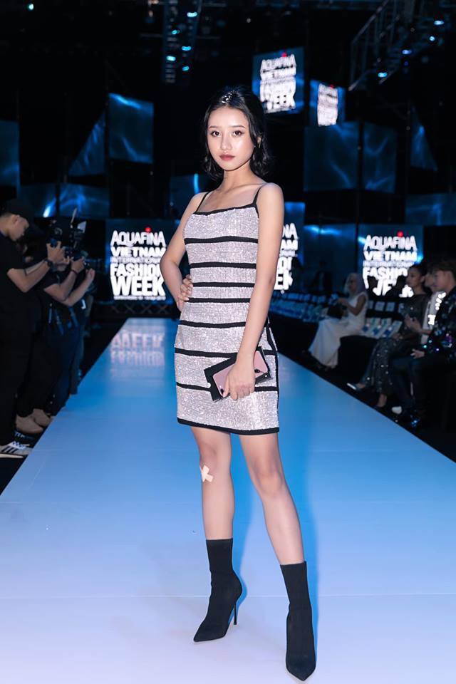 Lại một cái duyên kỳ ngộ của Jun Vũ: Chẳng hẹn mà chọn cùng một kiểu váy, đi cùng một show với bạn diễn - Ảnh 4.