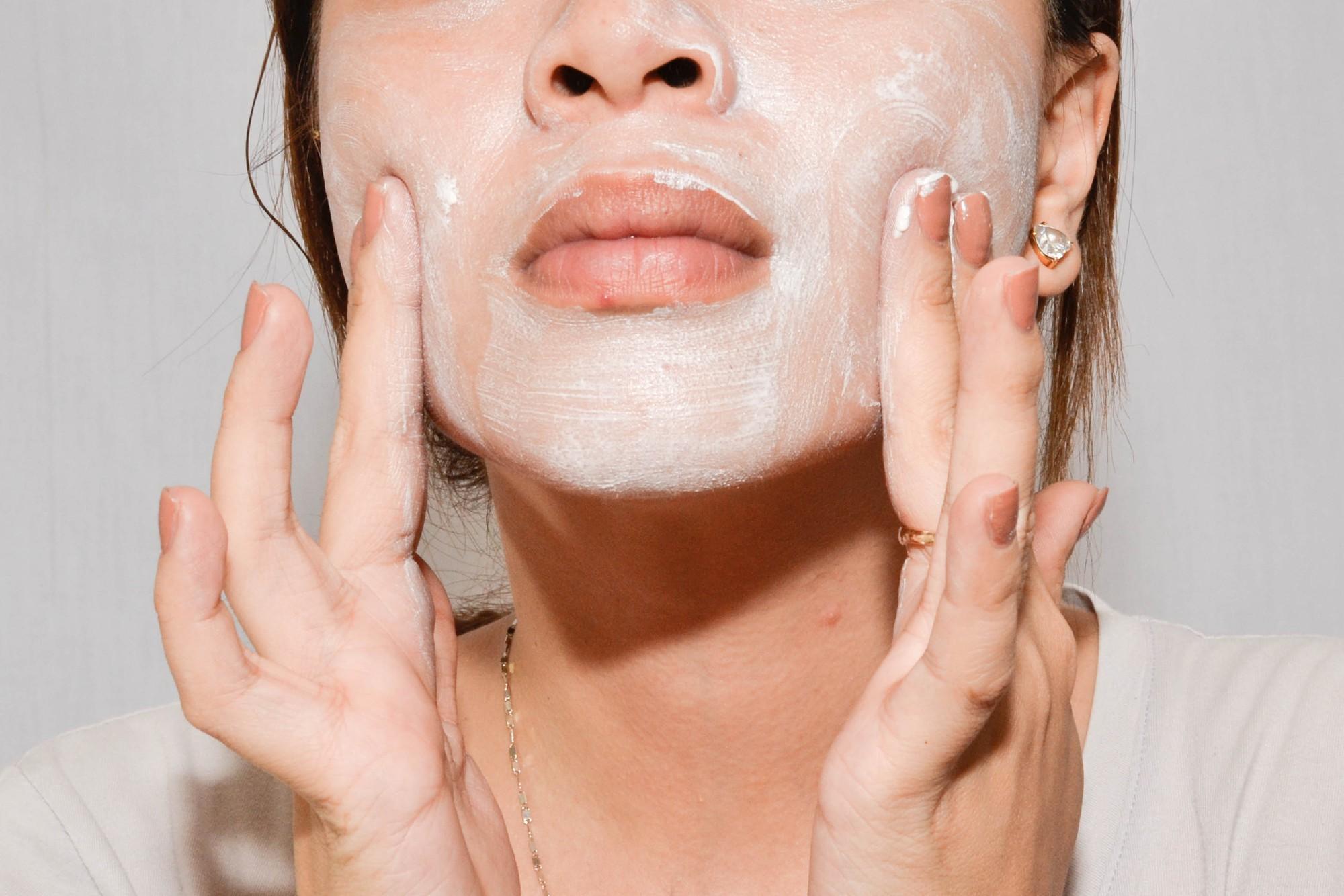 Lỗ chân lông to thấy rõ trên da mặt nếu bạn cứ vô tư làm những điều này - Ảnh 3.