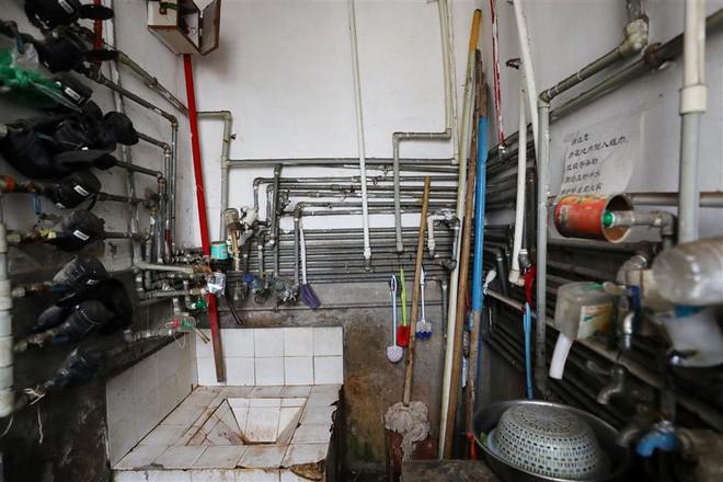 Cận cảnh cuộc sống lao đao trong tòa nhà mỏng như tờ giấy ở Thượng Hải - Ảnh 6.