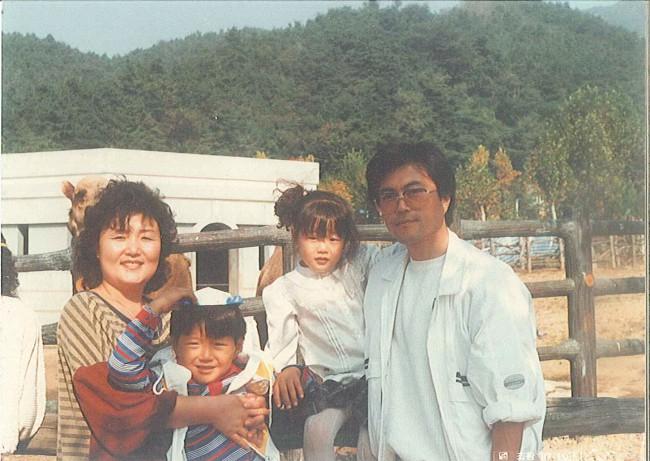 Mối tình lãng mạn của Tổng thống Hàn Quốc và vợ: Từ giảng đường đến chính trường, hơn 40 năm dài vẫn nắm chặt tay nhau - Ảnh 6.