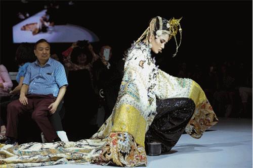 Cú ngã của Võ Hoàng Yến chưa là gì so với màn act cool mang tính giải trí cực cao của Minh Hằng - Ảnh 4.