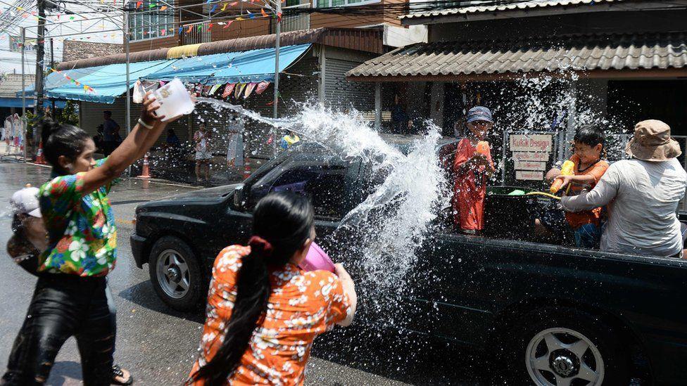 Songkran 2019: Bangkok bùng nổ với các màn té nước vui hết nấc, người dân Yangon lại té xà phòng độc đáo - Ảnh 8.