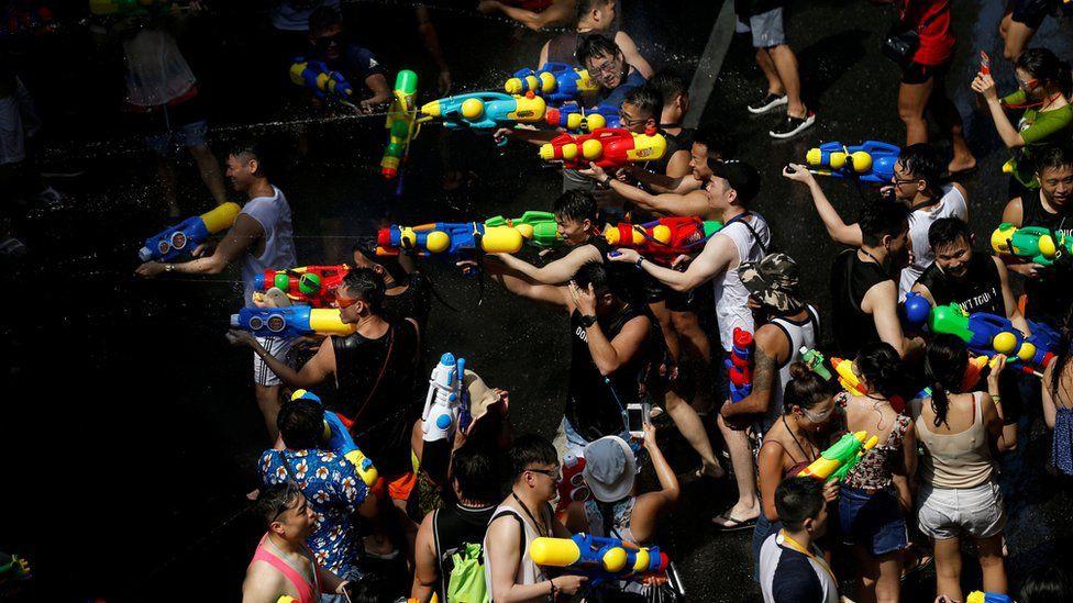Songkran 2019: Bangkok bùng nổ với các màn té nước vui hết nấc, người dân Yangon lại té xà phòng độc đáo - Ảnh 3.