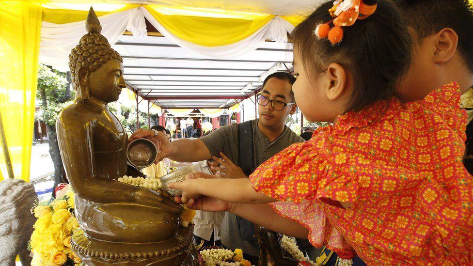 Songkran 2019: Bangkok bùng nổ với các màn té nước vui hết nấc, người dân Yangon lại té xà phòng độc đáo - Ảnh 1.