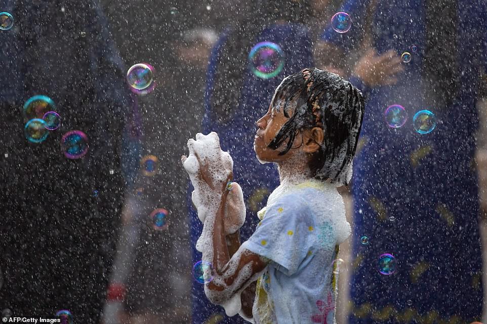 Songkran 2019: Bangkok bùng nổ với các màn té nước vui hết nấc, người dân Yangon lại té xà phòng độc đáo - Ảnh 13.