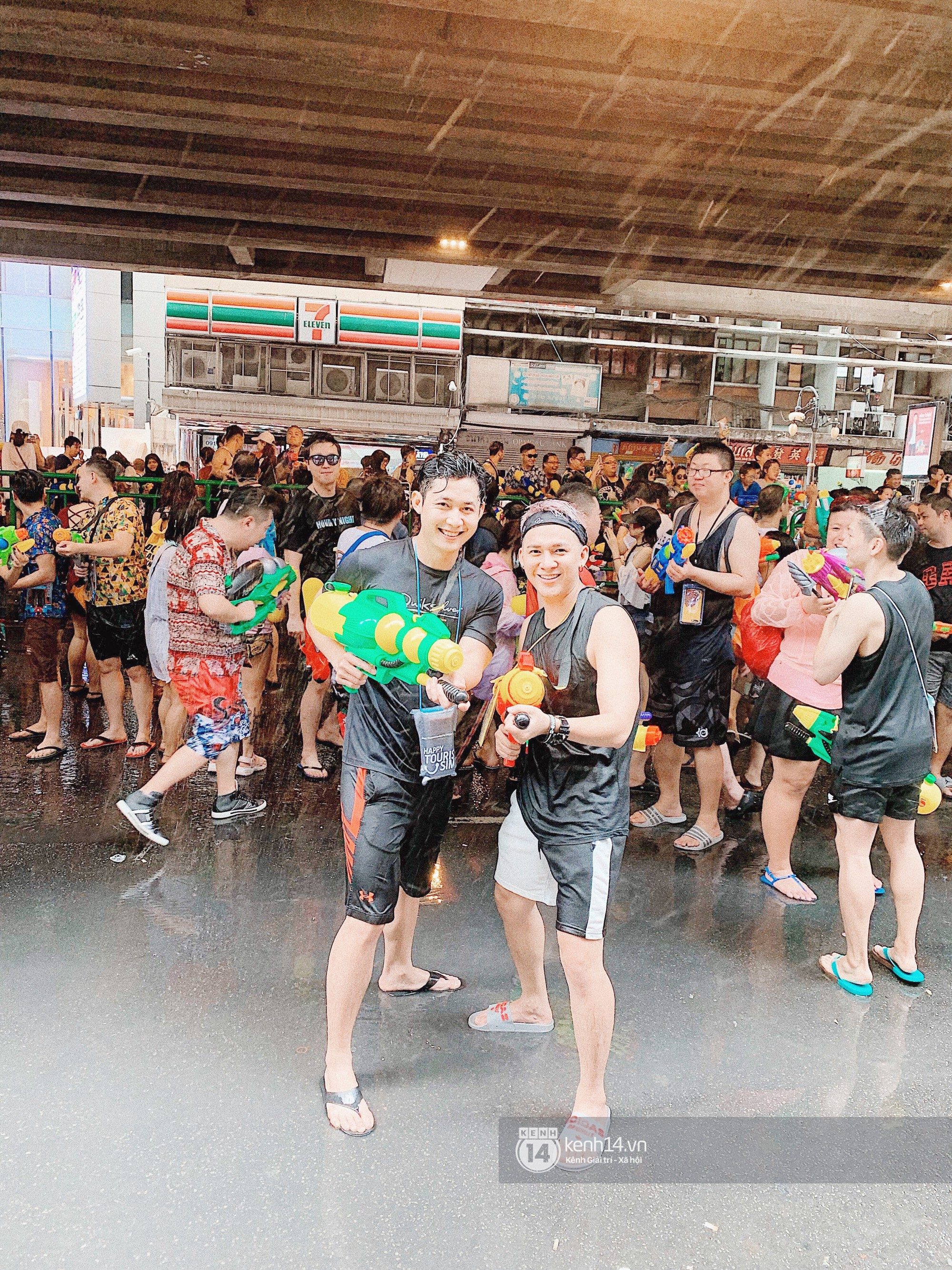 Hàng ngàn bạn trẻ Việt đang đổ về Bangkok để hoà vào dòng người chơi té nước Songkran! - Ảnh 9.