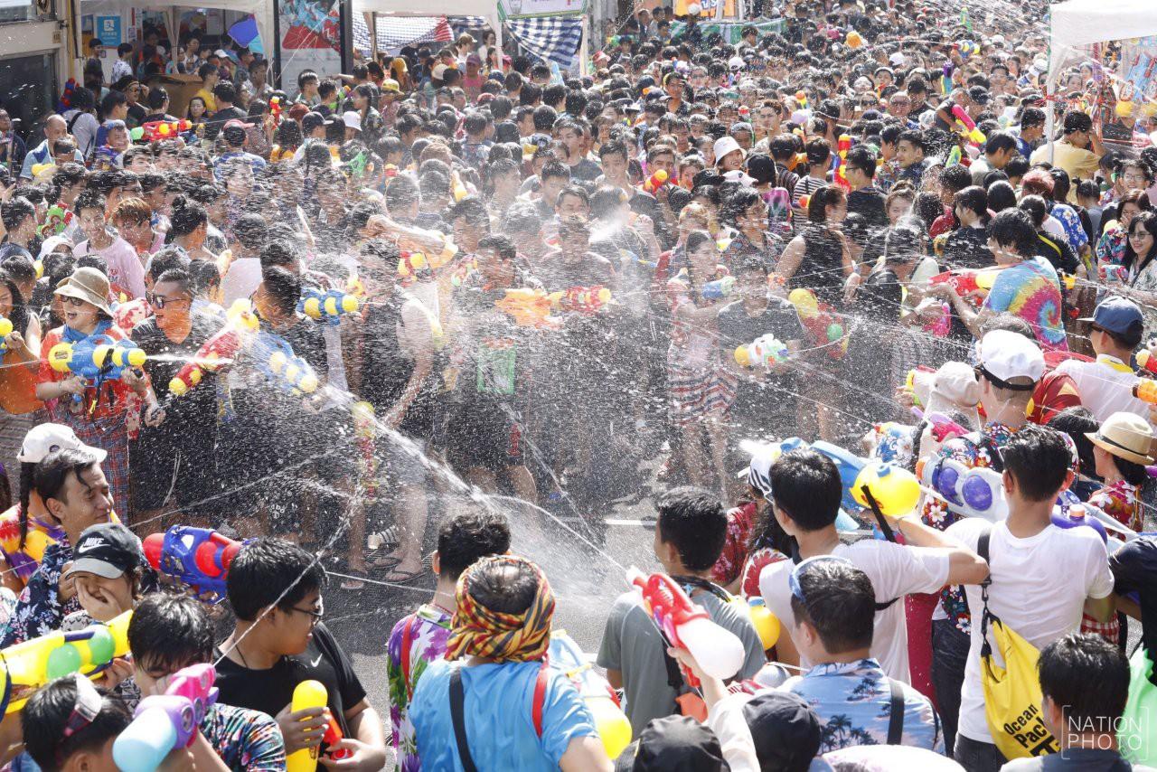 Songkran 2019: Bangkok bùng nổ với các màn té nước vui hết nấc, người dân Yangon lại té xà phòng độc đáo - Ảnh 6.