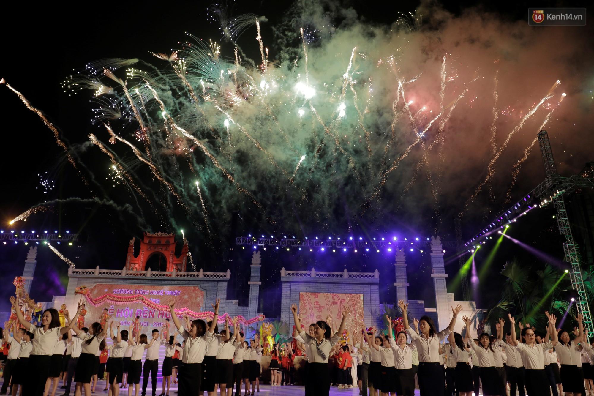 Giỗ tổ Hùng Vương 2019: Du khách trầm trồ với màn bắn pháo hoa đầy màu sắc trong đêm khai hội - Ảnh 4.