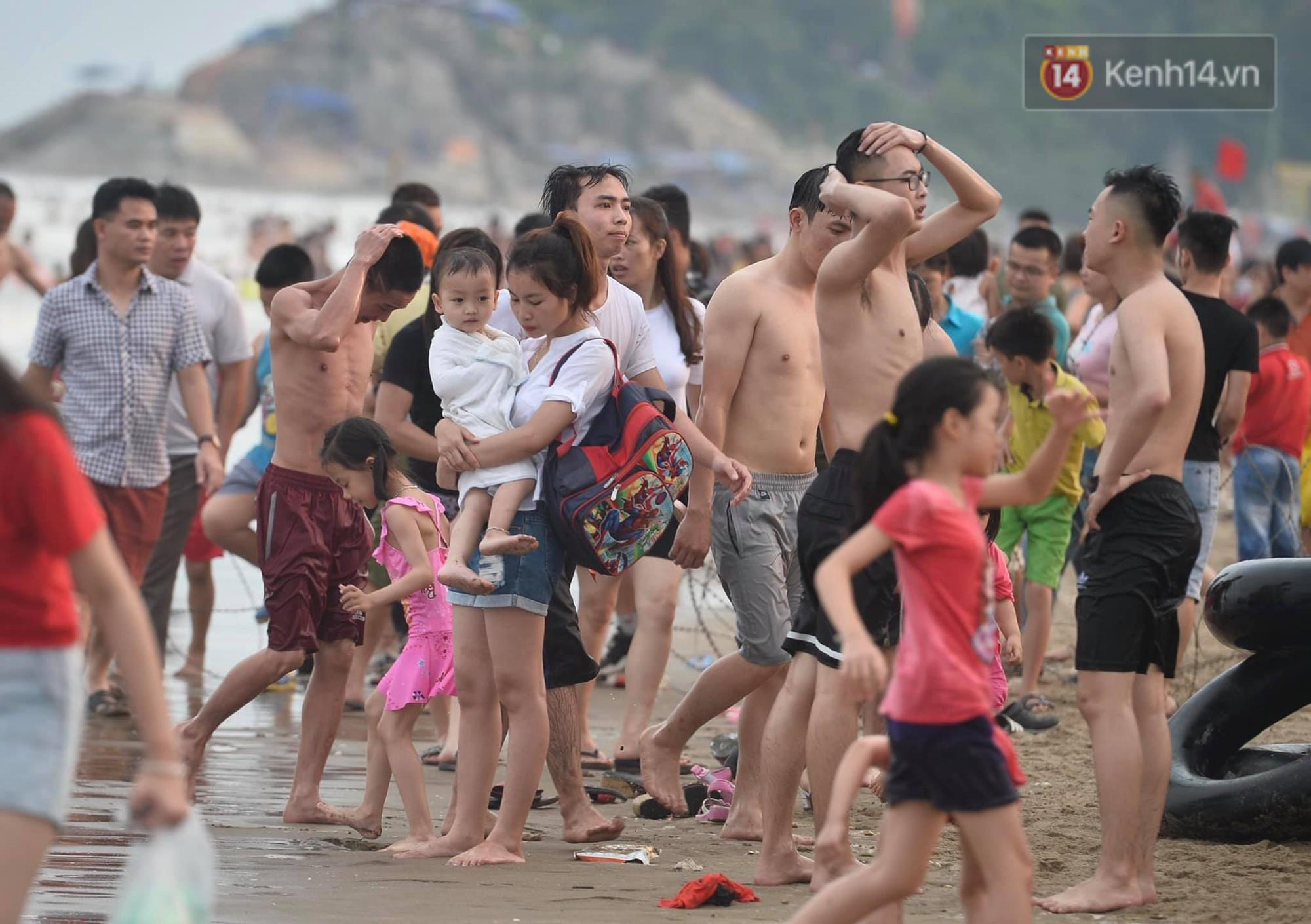 Biển người đổ về Sầm Sơn tắm biển ngày đầu kỷ nghỉ lễ Giỗ tổ Hùng Vương - Ảnh 3.
