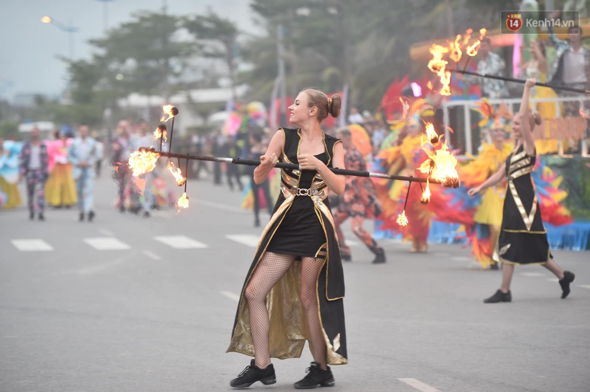 Màn Canaval sinh động và giao lưu với khán giả ấn tượng tại lễ hội du lịch biển Sầm Sơn - Ảnh 6.