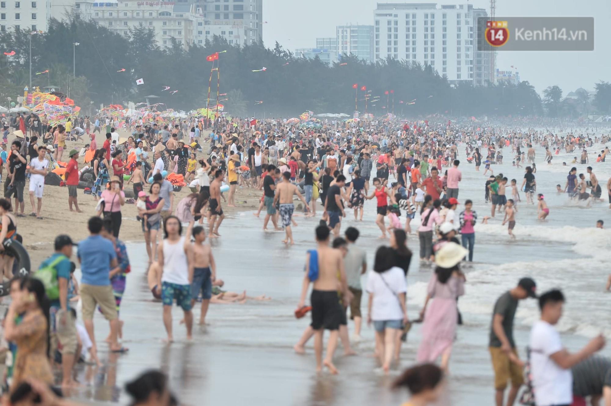 Biển người đổ về Sầm Sơn tắm biển ngày đầu kỷ nghỉ lễ Giỗ tổ Hùng Vương - Ảnh 2.