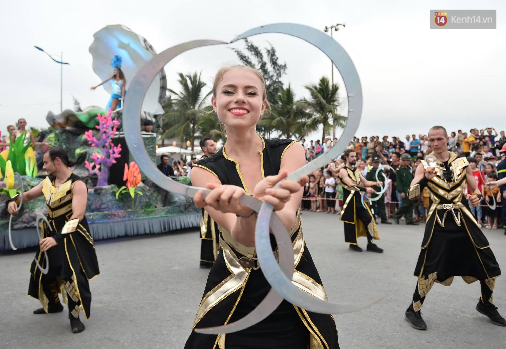 Màn Canaval sinh động và giao lưu với khán giả ấn tượng tại lễ hội du lịch biển Sầm Sơn - Ảnh 2.