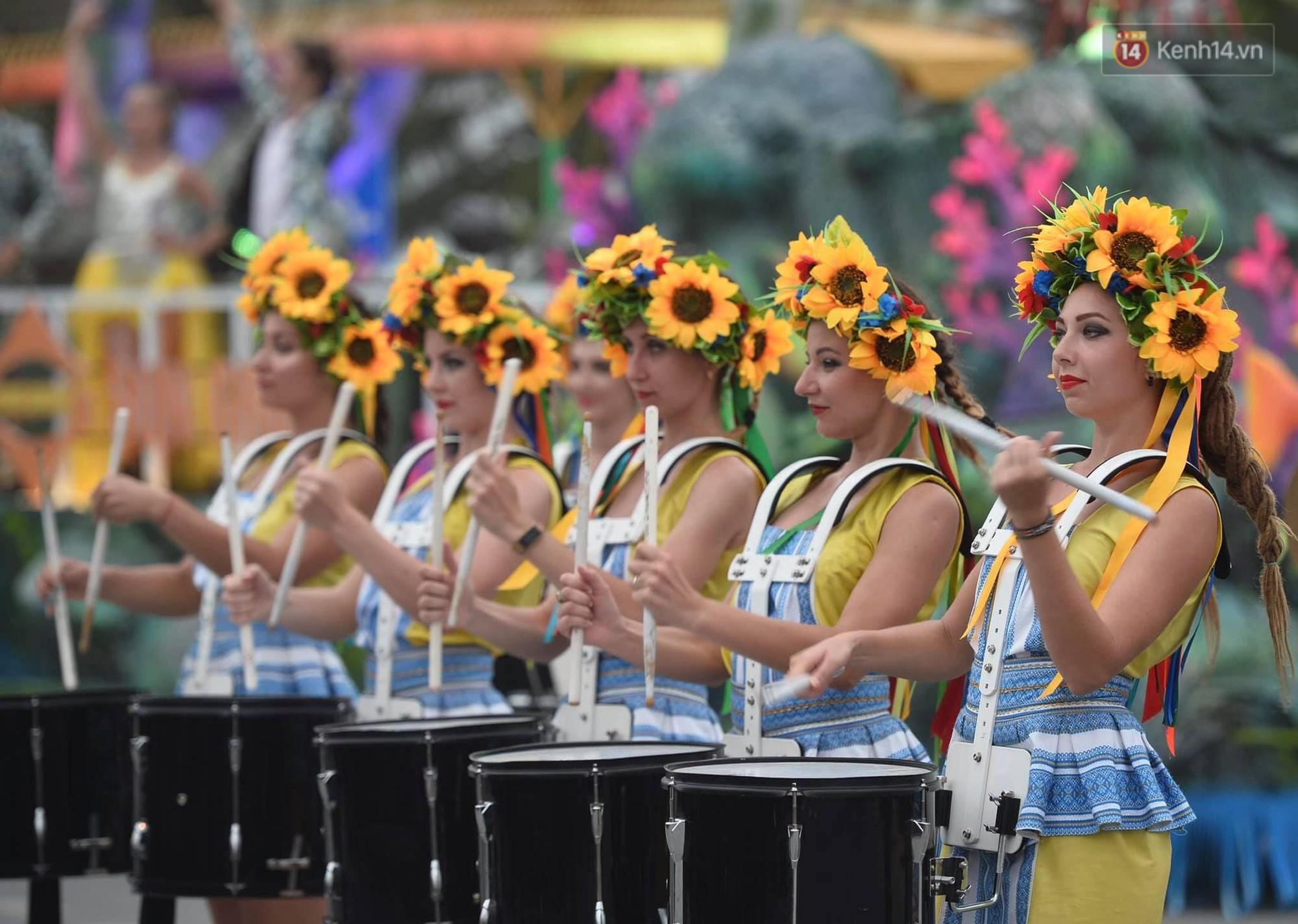 Màn Canaval sinh động và giao lưu với khán giả ấn tượng tại lễ hội du lịch biển Sầm Sơn - Ảnh 8.