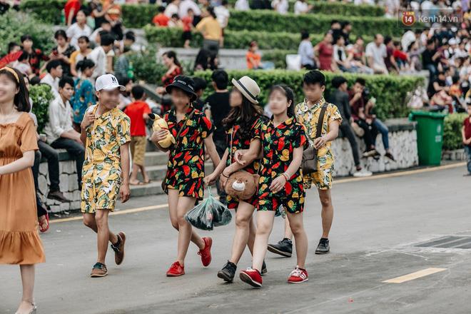 Bất chấp biển cấm, nhiều du khách vẫn mặc váy ngắn quần cộc đến lễ hội Đền Hùng - Ảnh 8.