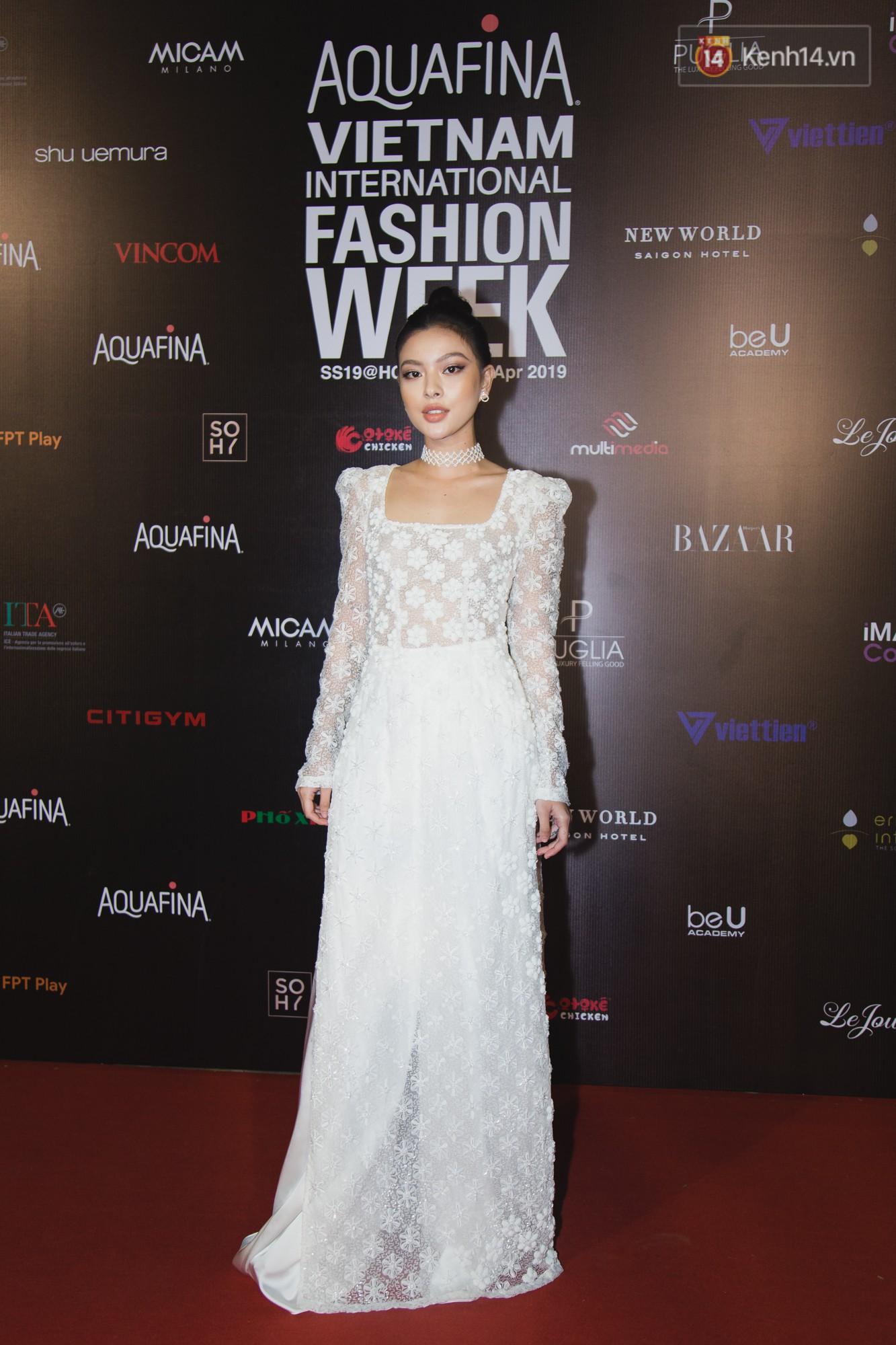 Linh Chi - Lâm Vinh Hải trông như cô dâu chú rể, Cindy Thái Tài lại hở bạo hết sức trên thảm đỏ Tuần lễ thời trang - Ảnh 8.