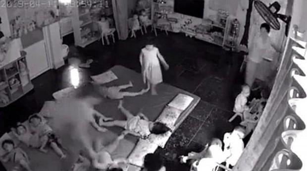 Quảng Ninh: Clip 2 cô giáo nghi bạo hành, quăng các cháu mầm non như đồ chơi lúc ngủ trưa vì quấy khóc - Ảnh 2.