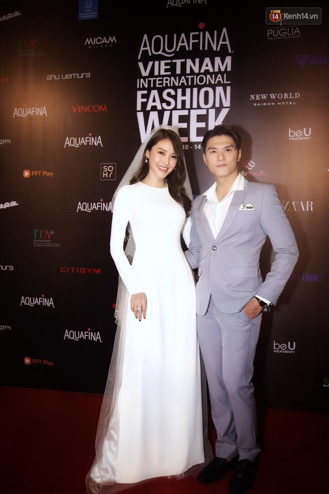 Linh Chi - Lâm Vinh Hải trông như cô dâu chú rể, Cindy Thái Tài lại hở bạo hết sức trên thảm đỏ Tuần lễ thời trang - Ảnh 1.