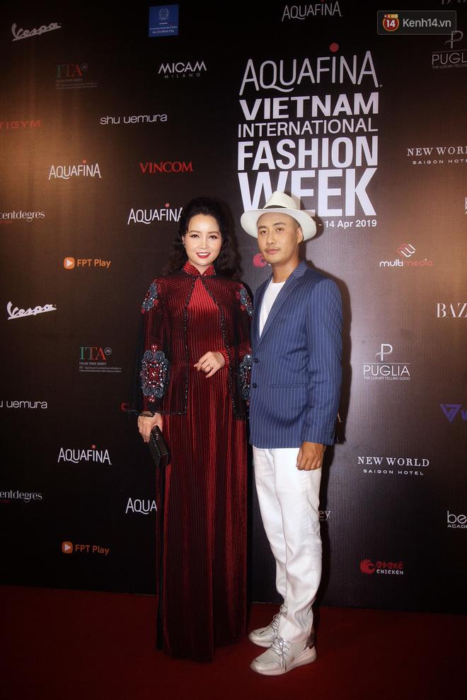 Linh Chi - Lâm Vinh Hải trông như cô dâu chú rể, Cindy Thái Tài lại hở bạo hết sức trên thảm đỏ Tuần lễ thời trang - Ảnh 7.