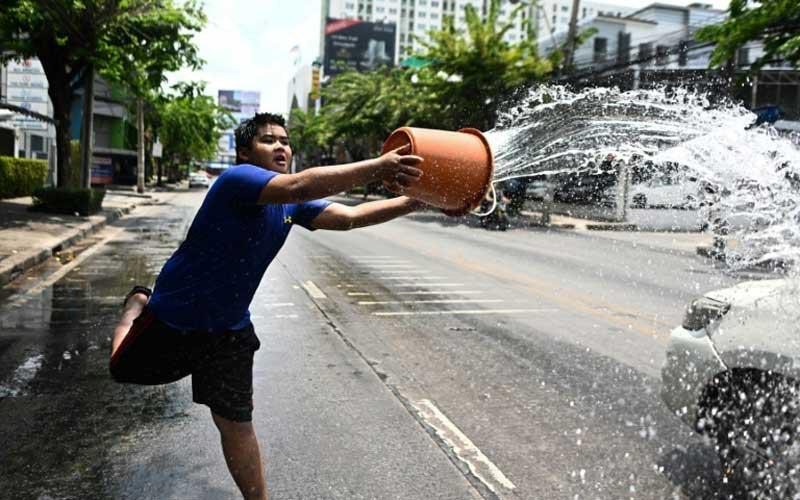 Songkran 2019: Bangkok bùng nổ với các màn té nước vui hết nấc, người dân Yangon lại té xà phòng độc đáo - Ảnh 11.