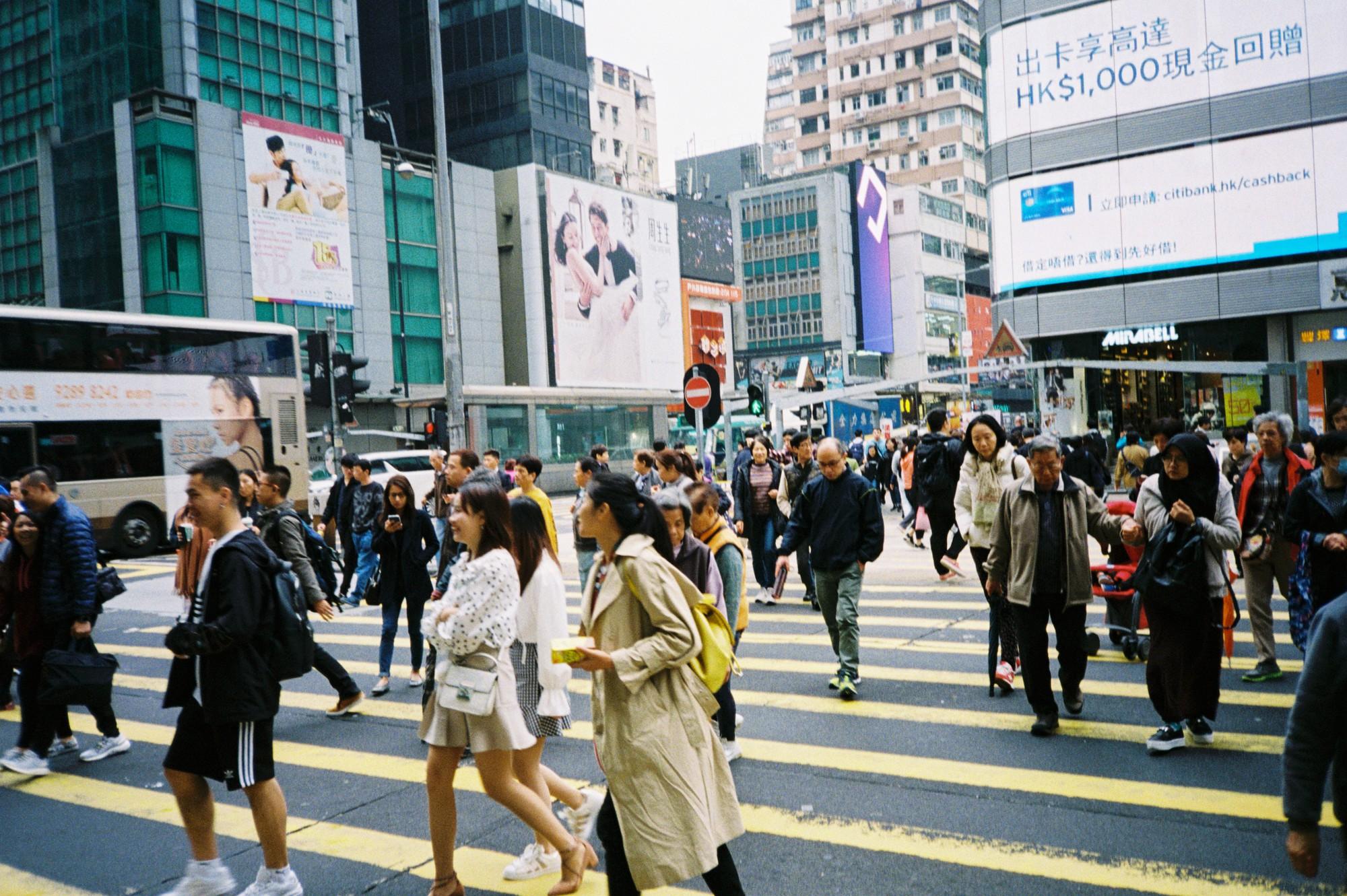 Hong Kong đẹp đến ngỡ ngàng qua những thước ảnh film của chàng trai Sài Gòn: Ai mà ngờ những tấm hình này được chụp vào năm 2019 kia chứ! - Ảnh 1.