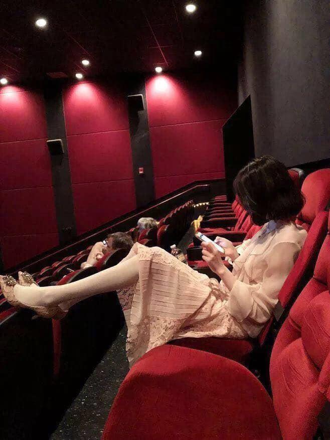 Gái xinh đi xem phim tháo cả giày gác chân lên ghế trước, dân mạng người ném đá kẻ bênh: Đẹp auto không có lỗi? - Ảnh 2.