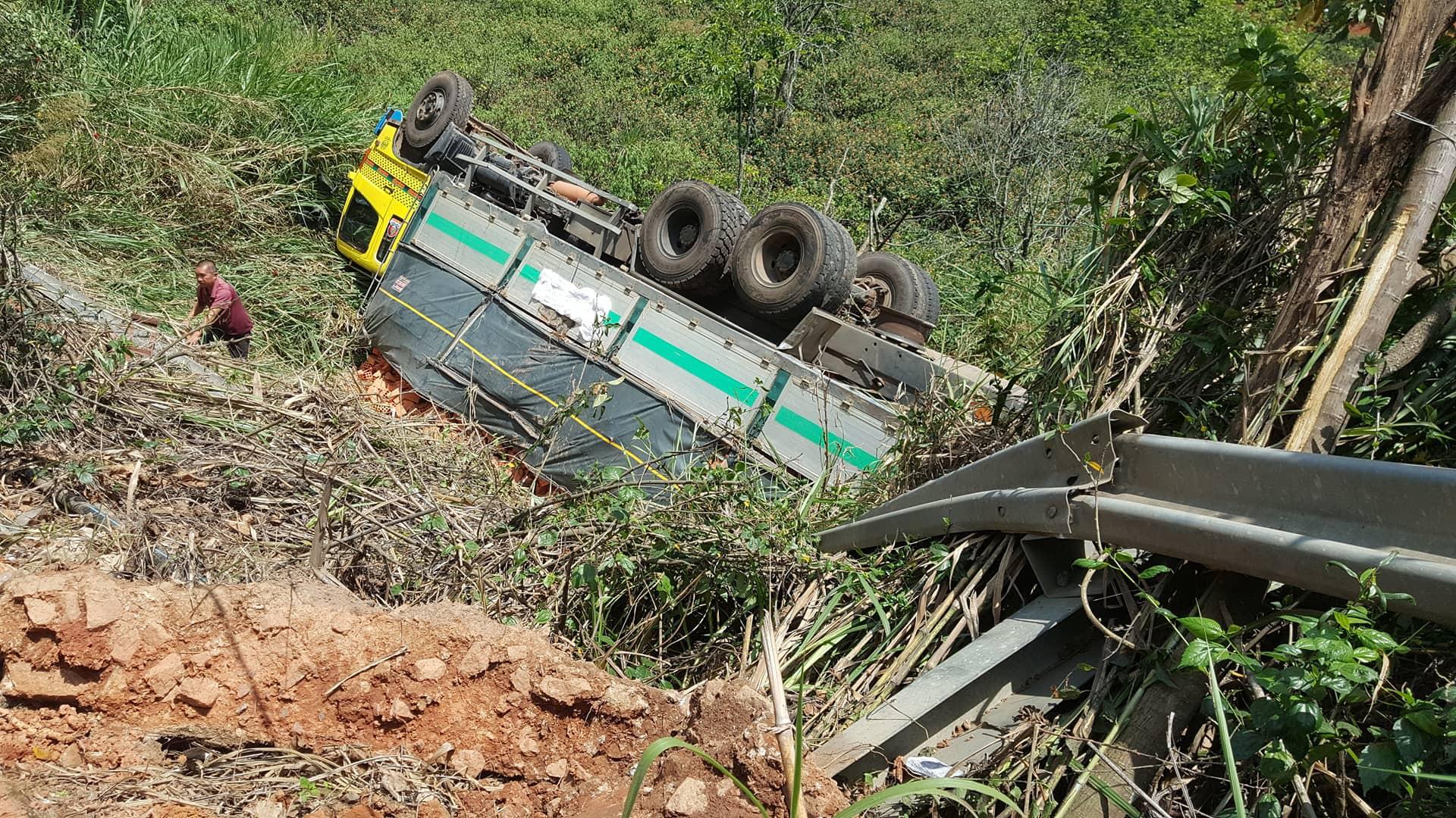 Đà Lạt: Người đi đường rớt tim khi chiếc xe tải đang leo đèo Mimosa thì bể nồi hơi, lao thẳng xuống vực - Ảnh 3.