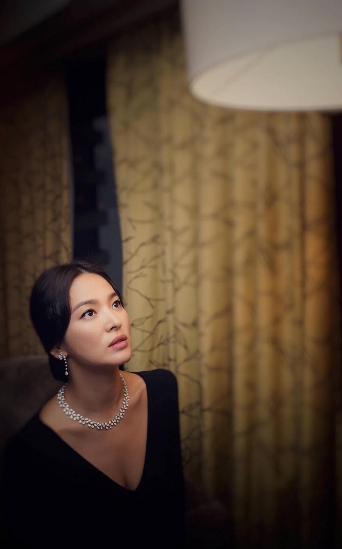 Ảnh sự kiện bị chê tơi tả vì dừ, Song Hye Kyo gây náo loạn vì ảnh hậu trường đỉnh cao như tác phẩm nghệ thuật - Ảnh 2.