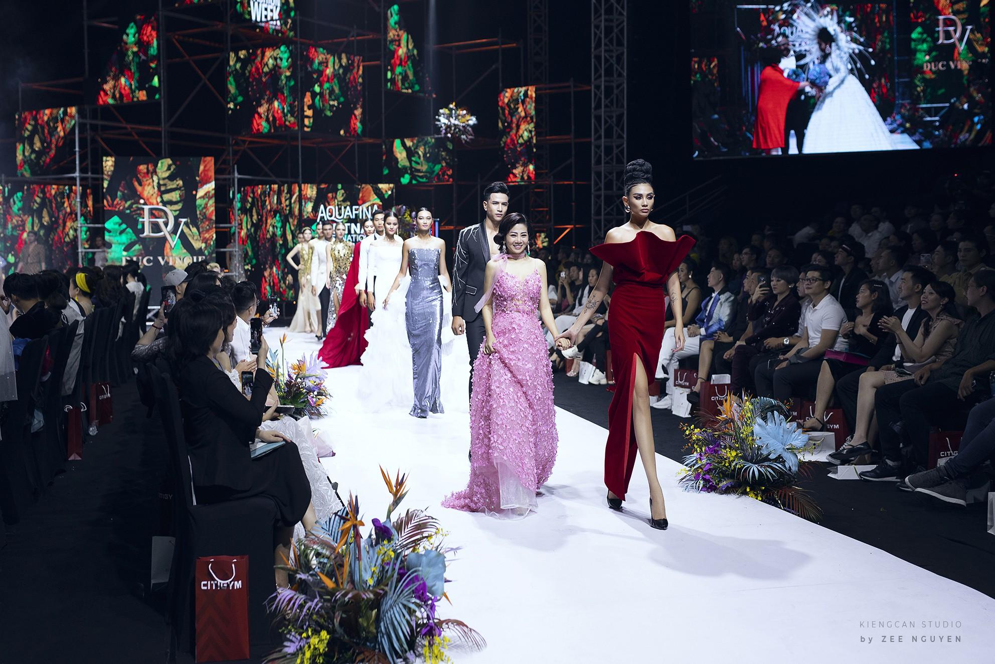 Tuần lễ thời trang: Trương Hồ Phương Nga bất ngờ làm vedette nhưng gây trầm trồ nhất chính là nhan sắc nghiêng nước nghiêng thành - Ảnh 10.