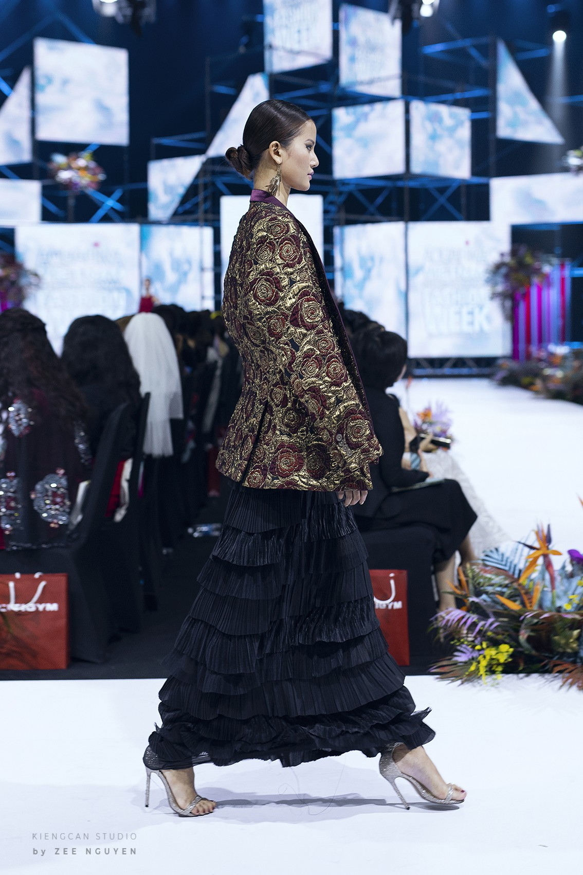 Tuần lễ thời trang: Trương Hồ Phương Nga bất ngờ làm vedette nhưng gây trầm trồ nhất chính là nhan sắc nghiêng nước nghiêng thành - Ảnh 9.