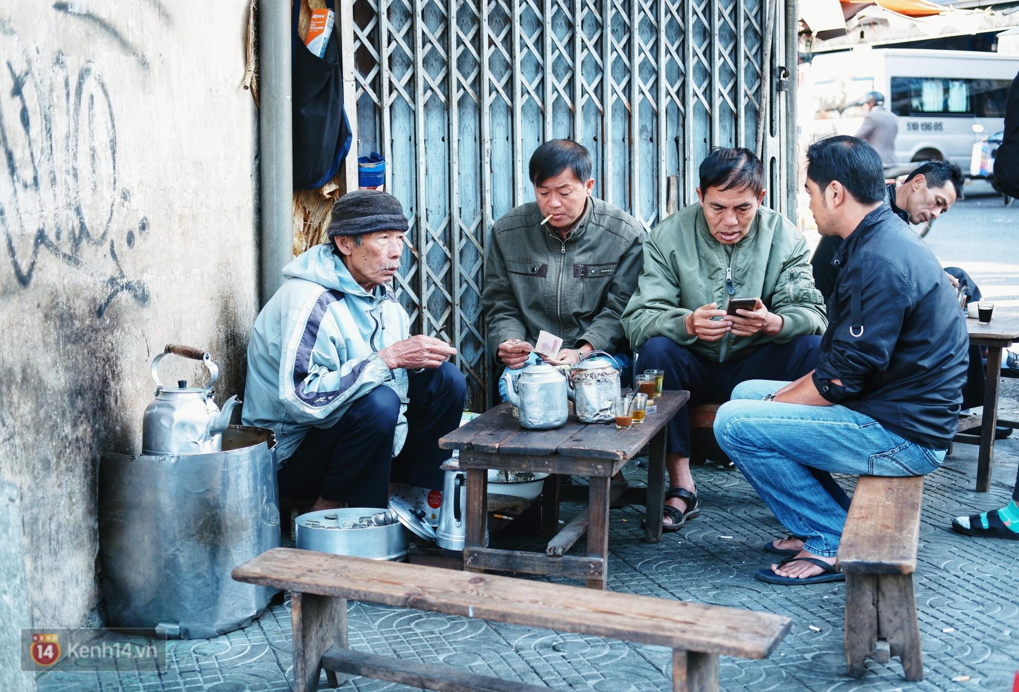 Quán cà phê vợt độc nhất vô nhị ở Đà Lạt, 30 năm chỉ bán từ 4 giờ sáng đến hơn 7 giờ sáng mỗi ngày - Ảnh 1.