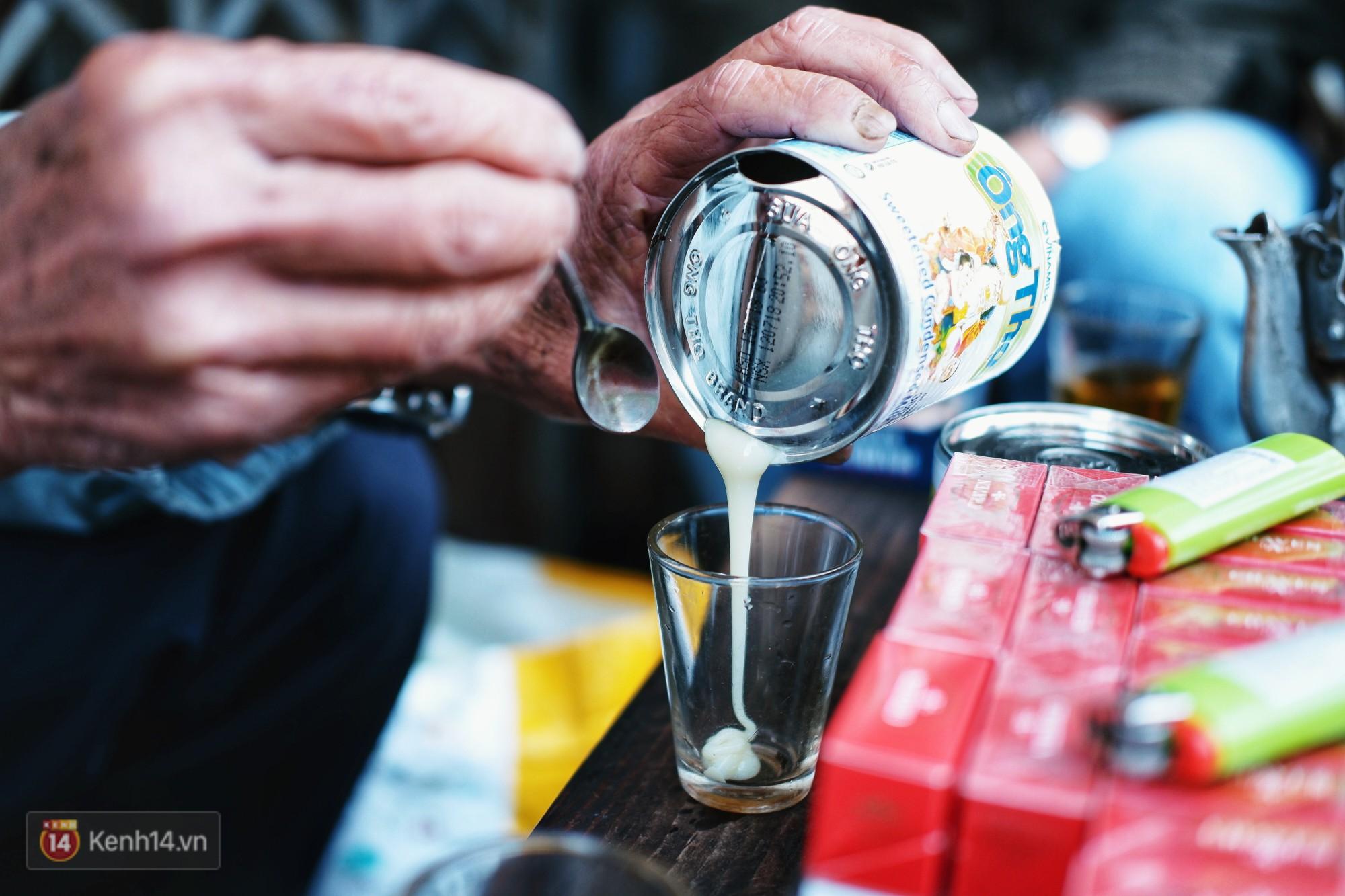 Quán cà phê vợt độc nhất vô nhị ở Đà Lạt, 30 năm chỉ bán từ 4 giờ sáng đến hơn 7 giờ sáng mỗi ngày - Ảnh 4.