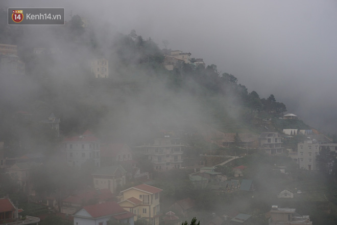 Thị trấn Tam Đảo chìm trong màn sương dịp lễ Giỗ tổ, nhiều du khách thích thú chụp ảnh - Ảnh 2.
