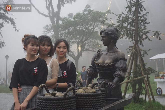 Thị trấn Tam Đảo chìm trong màn sương dịp lễ Giỗ tổ, nhiều du khách thích thú chụp ảnh - Ảnh 6.