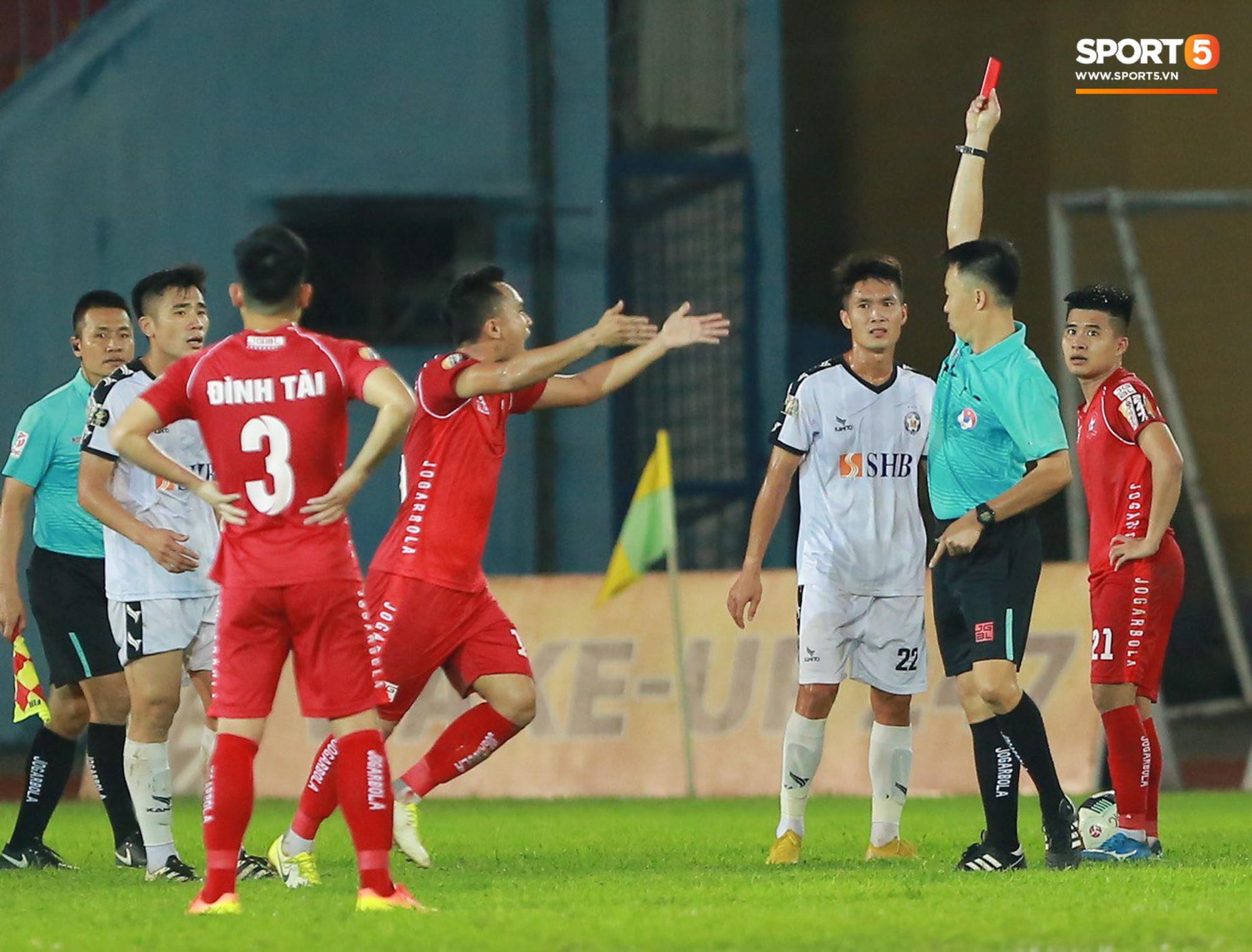 CĐV Hải Phòng quây chặt xe đội khách, quát cầu thủ Đà Nẵng sau trận đấu có 2 thẻ đỏ