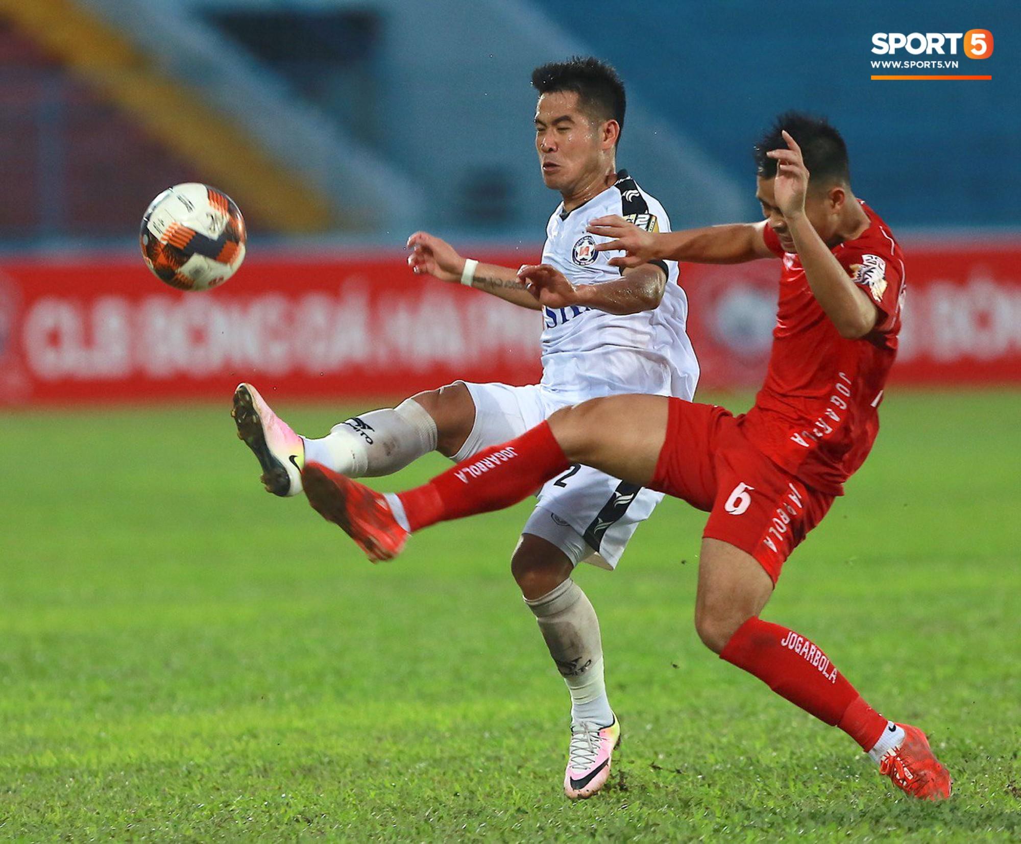 CĐV Hải Phòng quây chặt xe đội khách, quát nạt cầu thủ Đà Nẵng sau trận đấu có 2 thẻ đỏ - Ảnh 3.