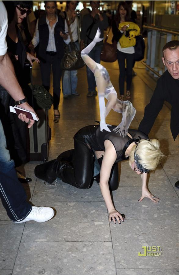 Chỉ với 1 màn nhào lộn trên sàn catwalk, cộng đồng mạng tặng Minh Hằng muôn chùm ảnh chế - Ảnh 11.