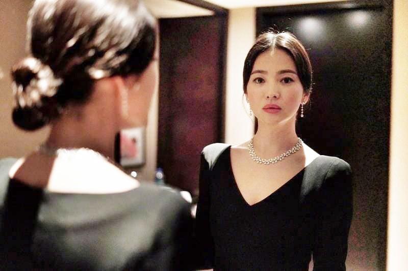Ảnh sự kiện bị chê tơi tả vì dừ, Song Hye Kyo gây náo loạn vì ảnh hậu trường đỉnh cao như tác phẩm nghệ thuật - Ảnh 3.