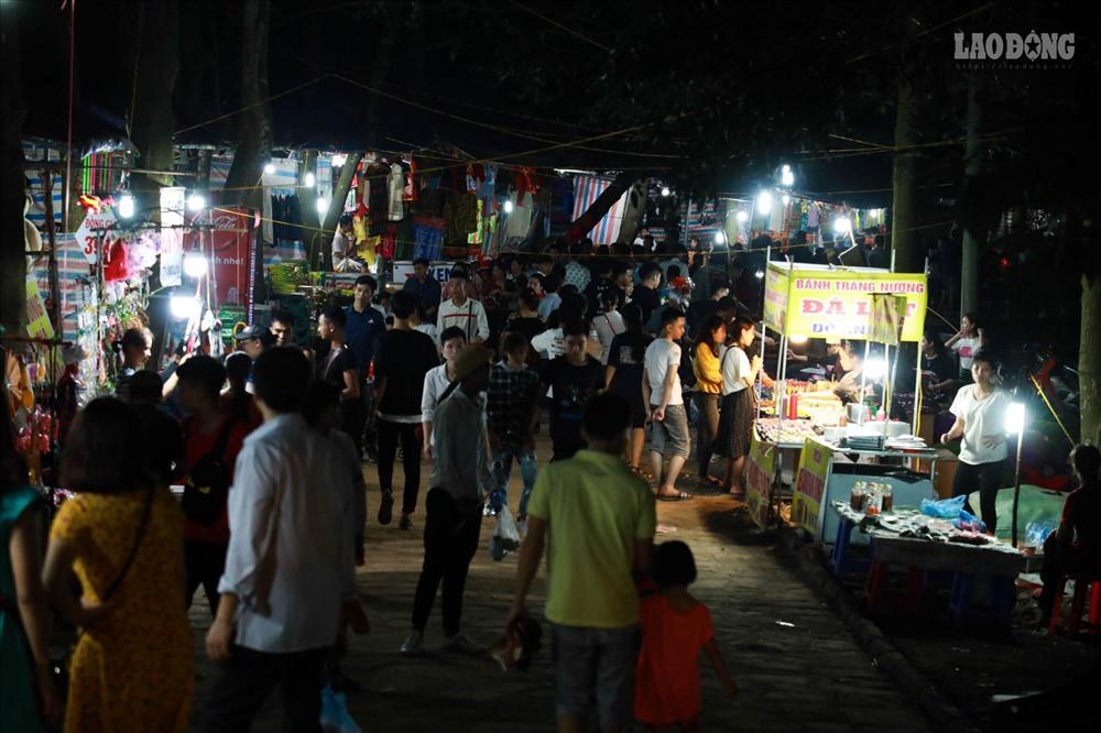 Sinh viên tình nguyện thâu đêm nhặt rác quanh khu vực Đền Hùng - Ảnh 2.