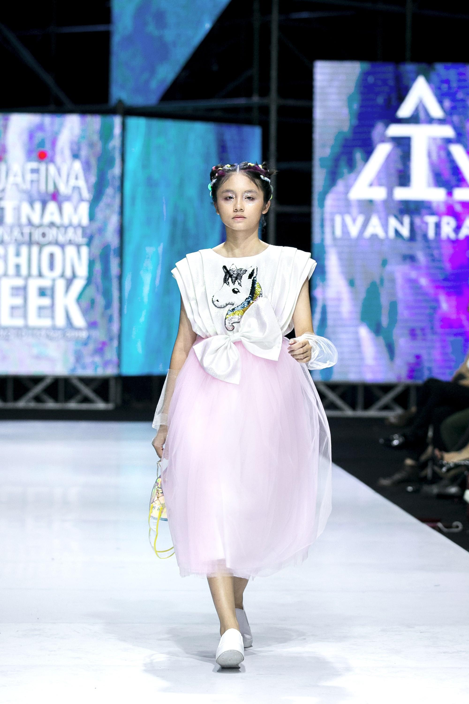 Sau ồn ào cát-xê giá khủng, Hoa hậu Hương Giang hóa thân thành nữ chiến binh sắc lạnh, gợi cảm tự tin làm vedette trong show thời trang - Ảnh 4.